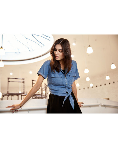 Kortærmet skjorte i denim-look Liv 10 fra Soyaconcept. Her på model