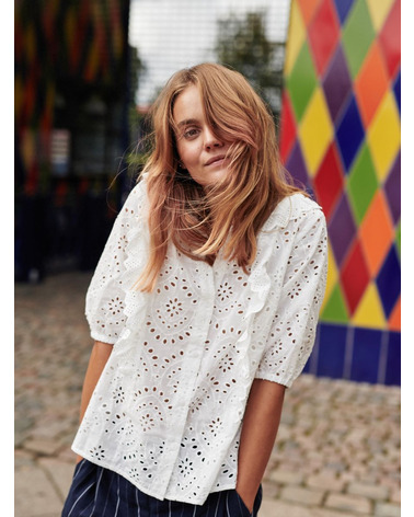 Smuk Nümph skjortebluse med hulmøsnter og flæsedetaljer. NuBlessing skjorte her på model