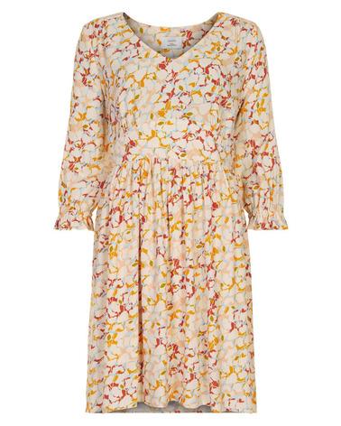 Smuk sommerkjole i fint print fra Nümph. Nümph NuBeta Dress her set forfra