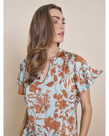 Smuk kortærmet bluse i flot storblomstret print. Mos Mosh RENATA Stencil Blouse close-up på model