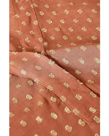 Nærbillede af de broderede prikker, som er en fin detalje ved denne bluse. Part Two Helena Bluse i farven marsala