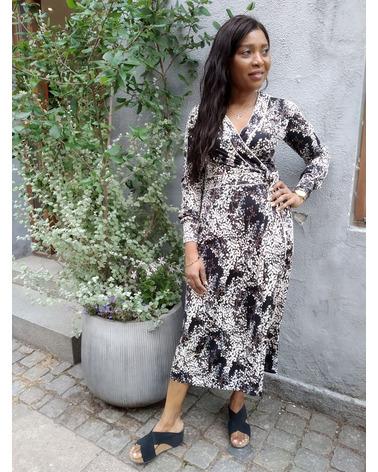 Skøn og elegant kjole i et flot og flatterende slå-om-snit. Ilse Jacobsen Nice7359FEUIL