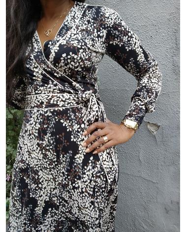 Flotte detaljer ved slå-om-snittet på denne Ilse Jacobsen Nice7359FEUIL kjole
