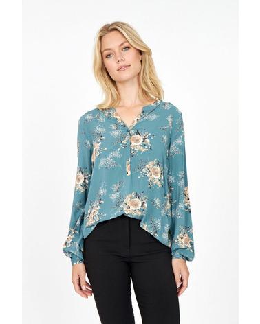 Soyaconcept Lenia 2 Bluse i en blå nuance. Her set på model.