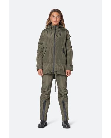 Ilse Jacobsen Rain158 Jakke. Lækker regnjakke fra Ilse Jacobsen i en flot armygrøn farve. Her set på model.