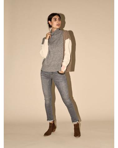 Mos Mosh Naomi Shade Jeans i en lækker grå farve. Her set på model.